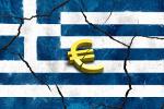 Euro-Symbol auf griechischer zerrissener Flagge
